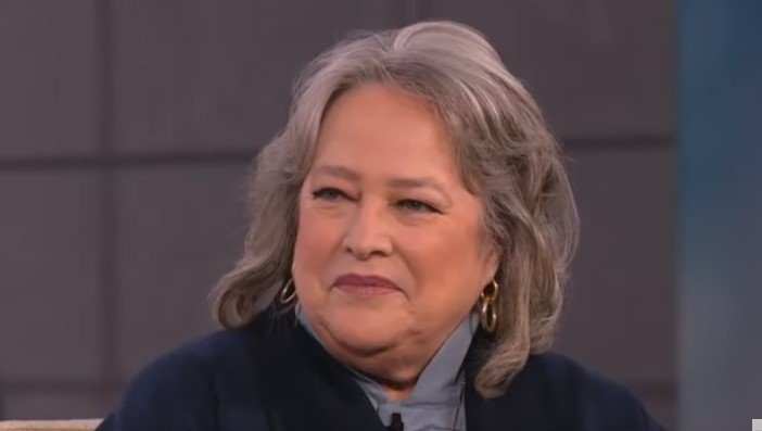 Kathy Bates Talks Grey Hair, Buzz Cuts & Keeping Herself 'Happy' with Anderson | Photo: Youtube /  Anderson