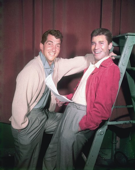 Dean Martin and Jerry Lewis smiling in a studio portrait in 1952. | Photo: Getty Images
