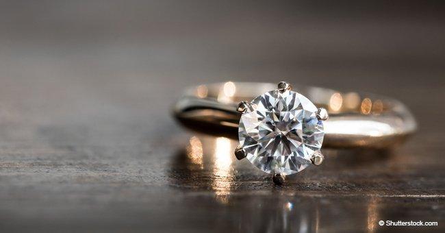 Blague : Un vieil homme a demandé à un bijoutier de lui montrer une bague spéciale pour sa petite-amie plus jeune