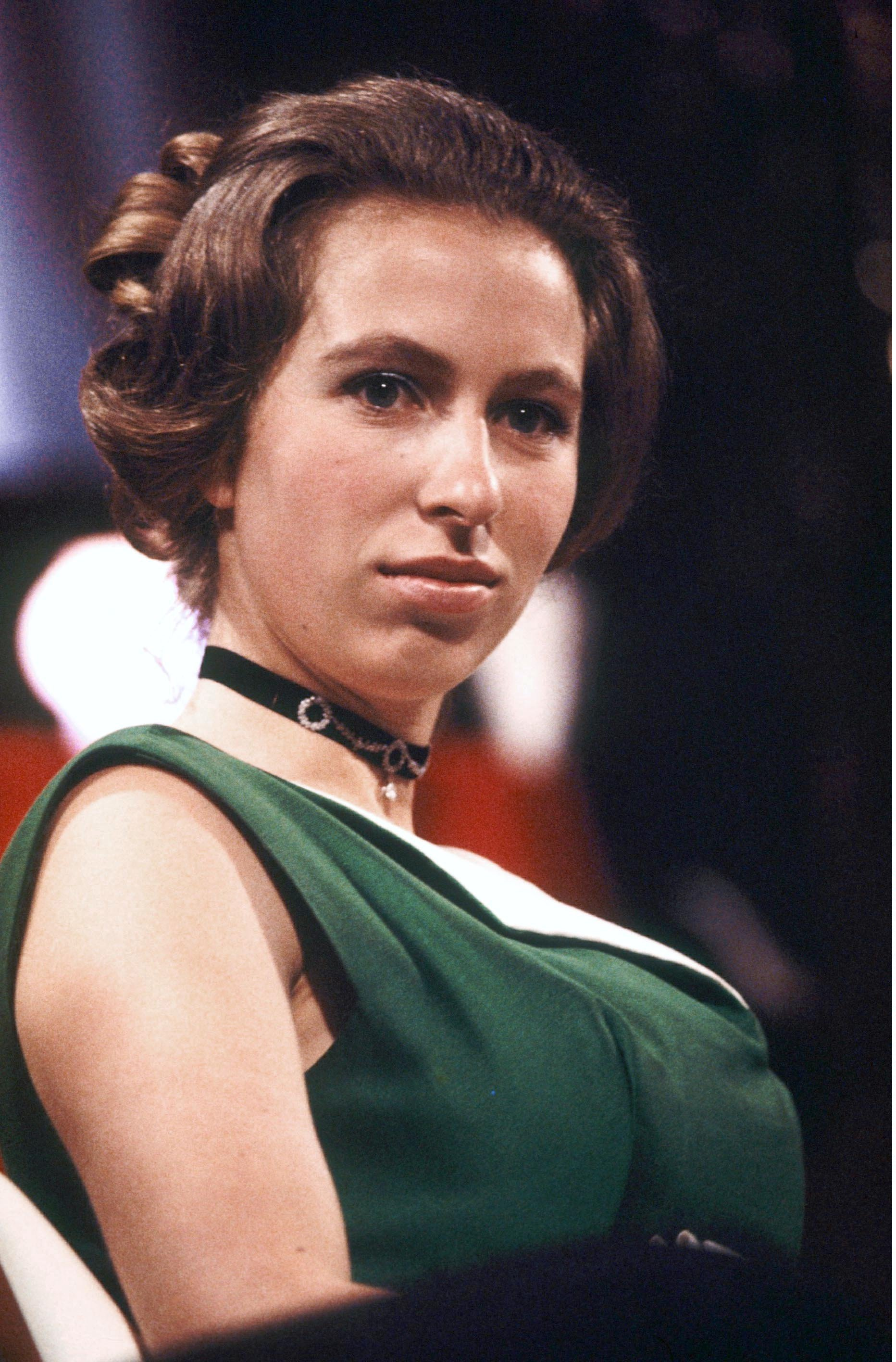 La princesse Anne assiste à la Society of Film and Television Awards, qui deviendra plus tard BAFTA le 04 mars 1971, à Londres, en Angleterre.  |  Source: Getty Images.