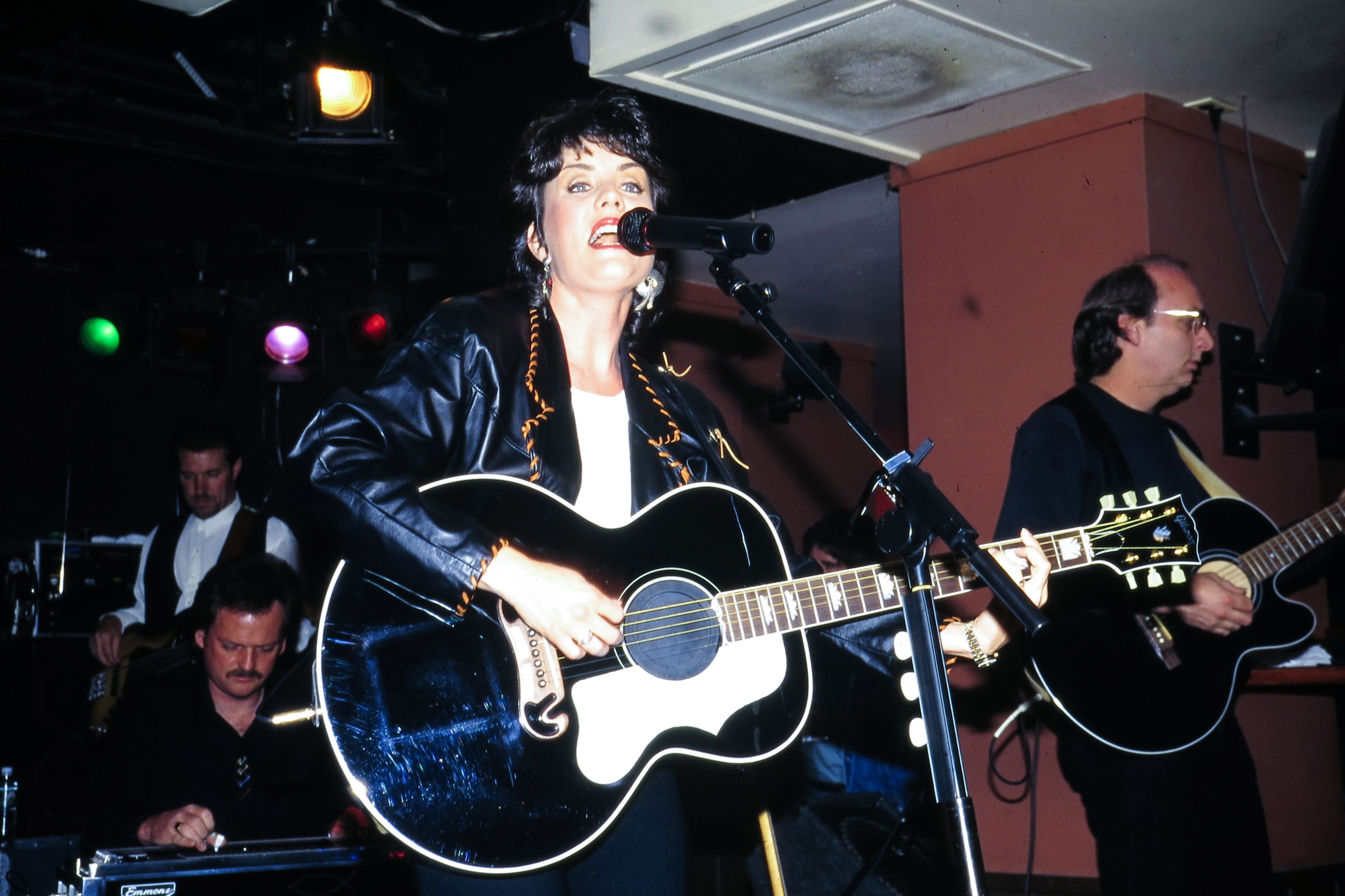 Holly Dunn perfomed in New York, New York, on May 18, 1995. | Photo: Getty Images