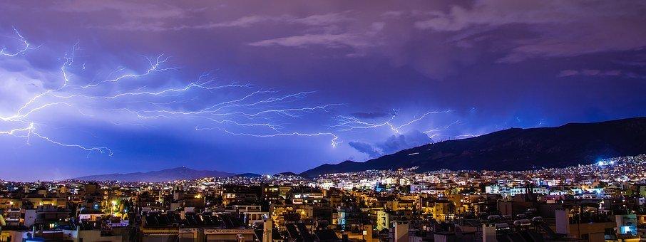 De terribles éclairs au-dessus d'une ville| Pixabay