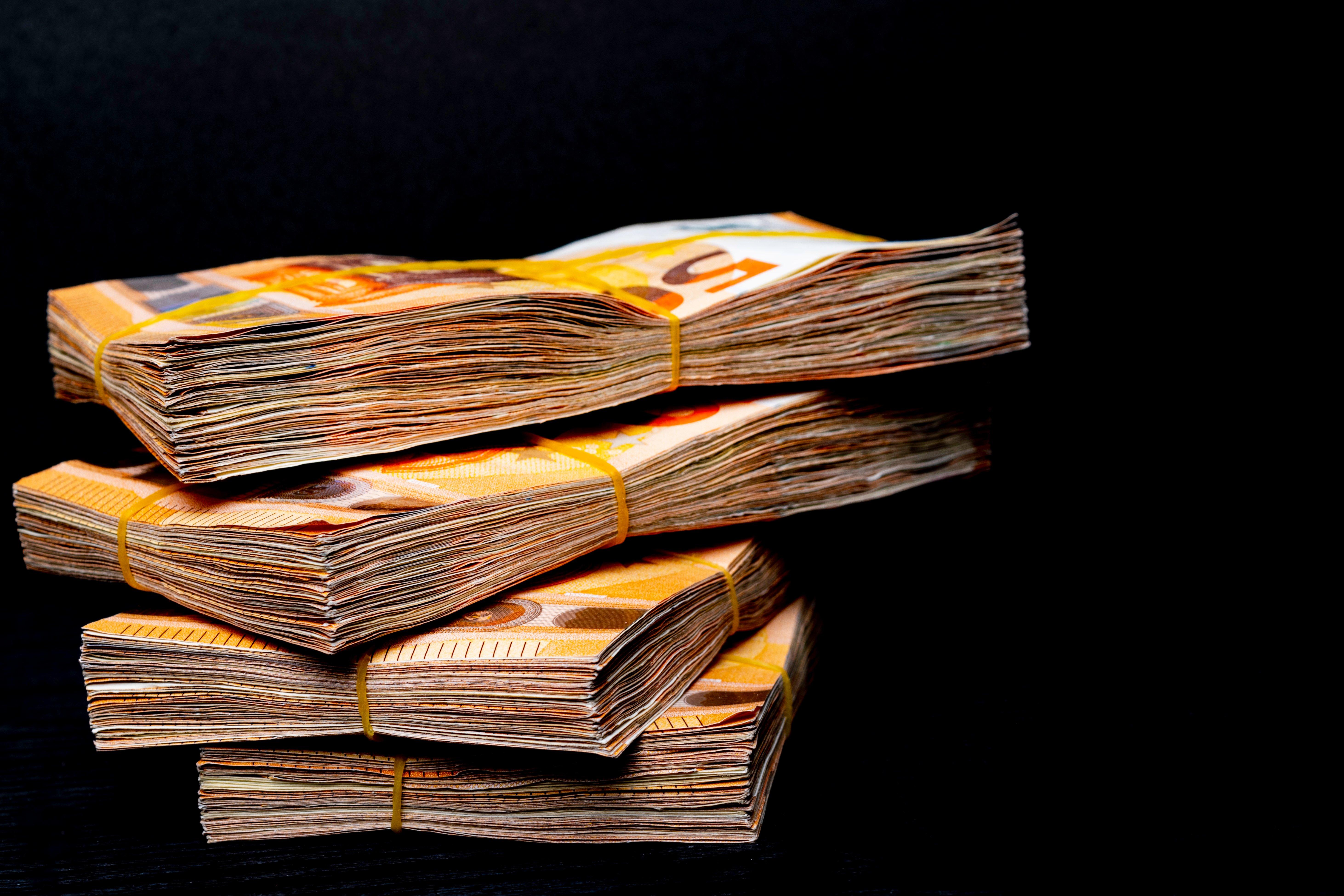 Pacas de billetes de 50 euros. || Fuente: Shutterstock