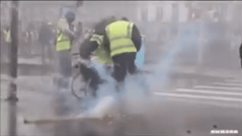 Un homme en fauteuil roulant victimes de violences policières en France lors de l'Acte XVII des Gilets Jaunes. | Facebook/Violences Policières France
