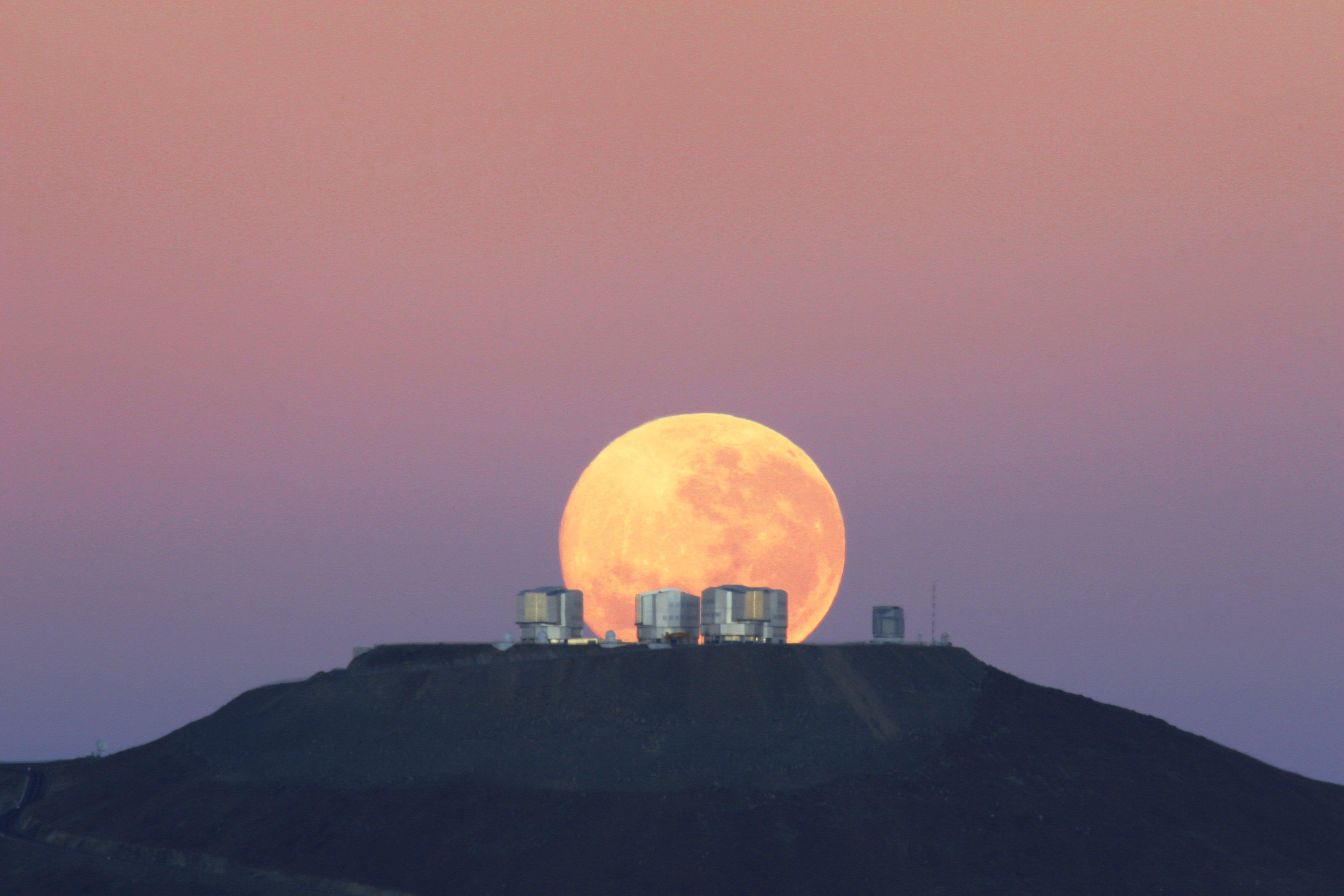 Luna Llena sobre gran telescopio de ESO.   Imagen: Wikimedia Commons