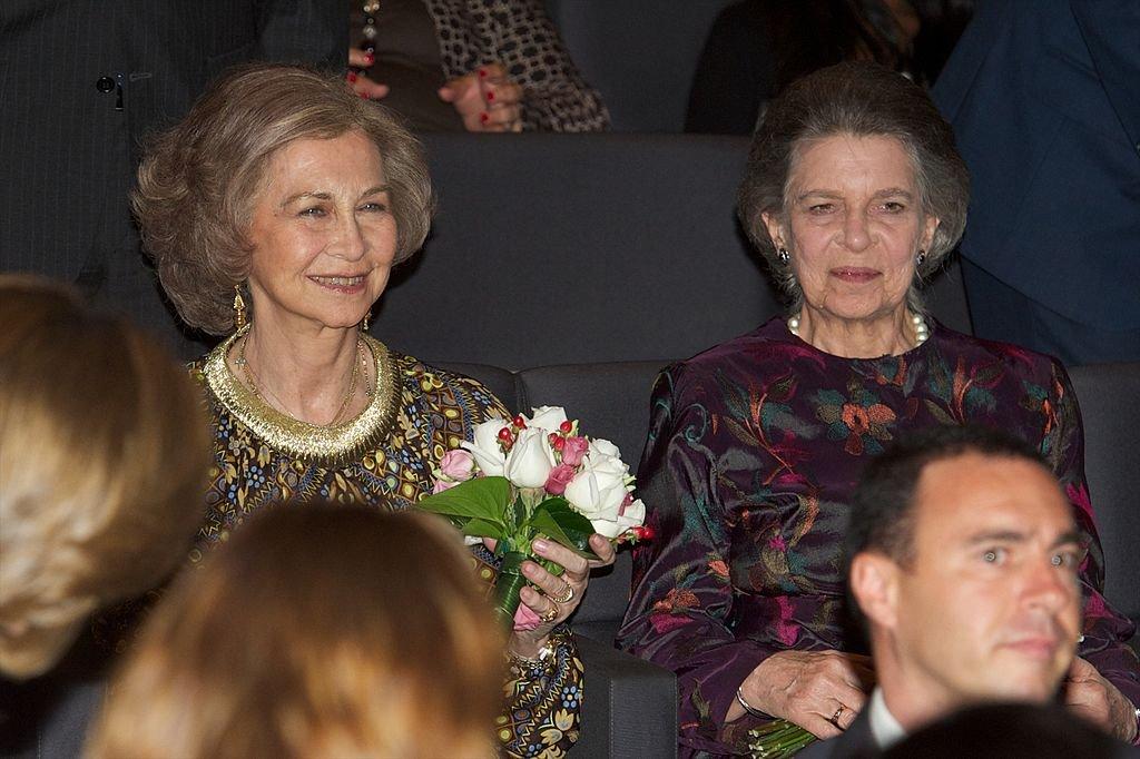 La Reina Sofía de España y su hermana, la Princesa Irene de Grecia en el Caixa Forum el 19 de junio de 2012 en Madrid, España. | Foto: Getty Images