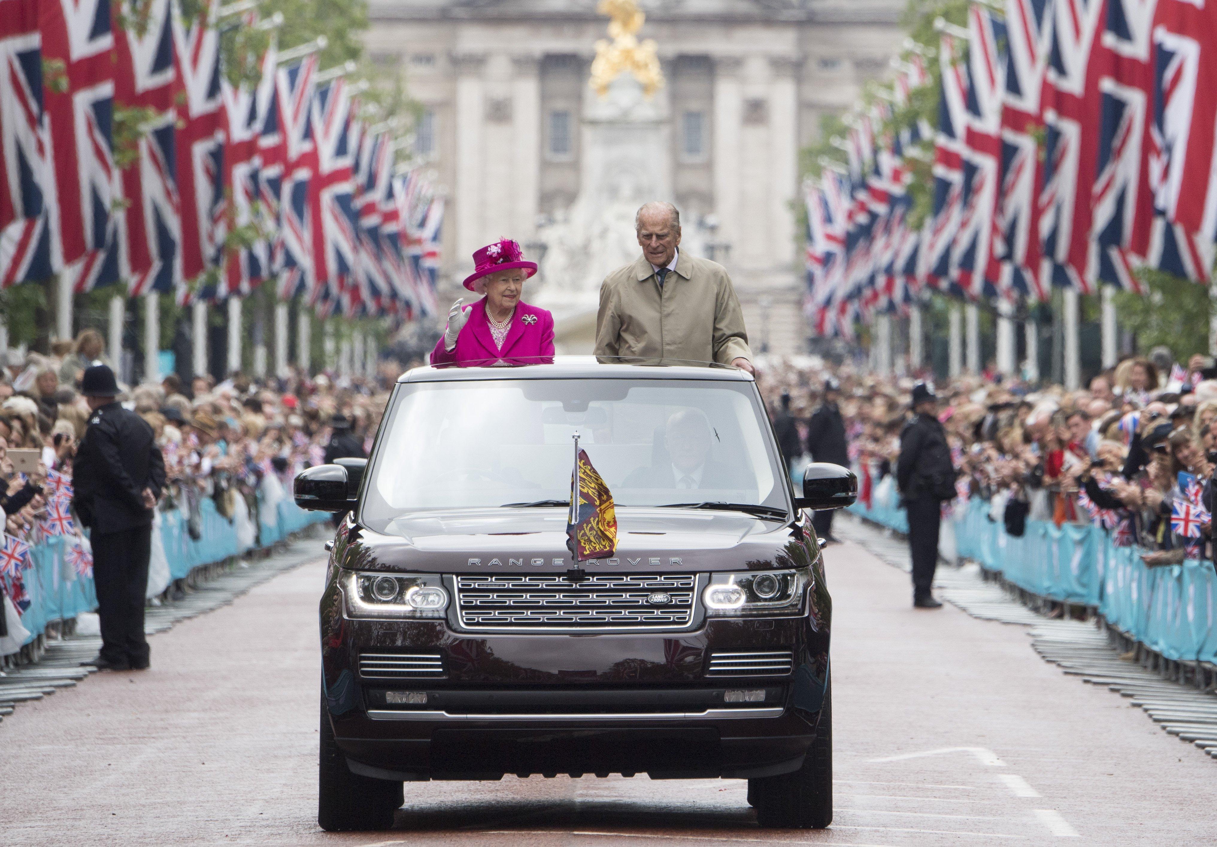 La reine Elizabeth II et le prince Philip, duc d'Édimbourg, saluent les invités qui assistent aux célébrations du 90e anniversaire de la Reine le 12 juin 2016 au Mall de Londres, en Angleterre. | Photo : Getty Images.