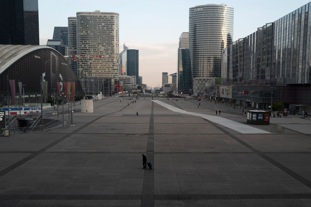 Le quartier de la Défense à Paris presque vide le 17 mars 2020. l Source : Getty Images