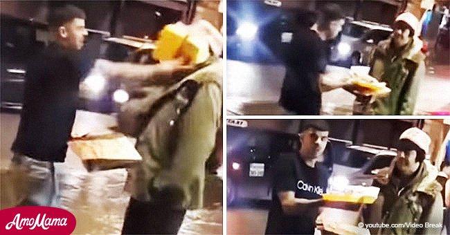 Ein Mann bietet dem Obdachlosen Essen an und wirft es dann ihm ins Gesicht