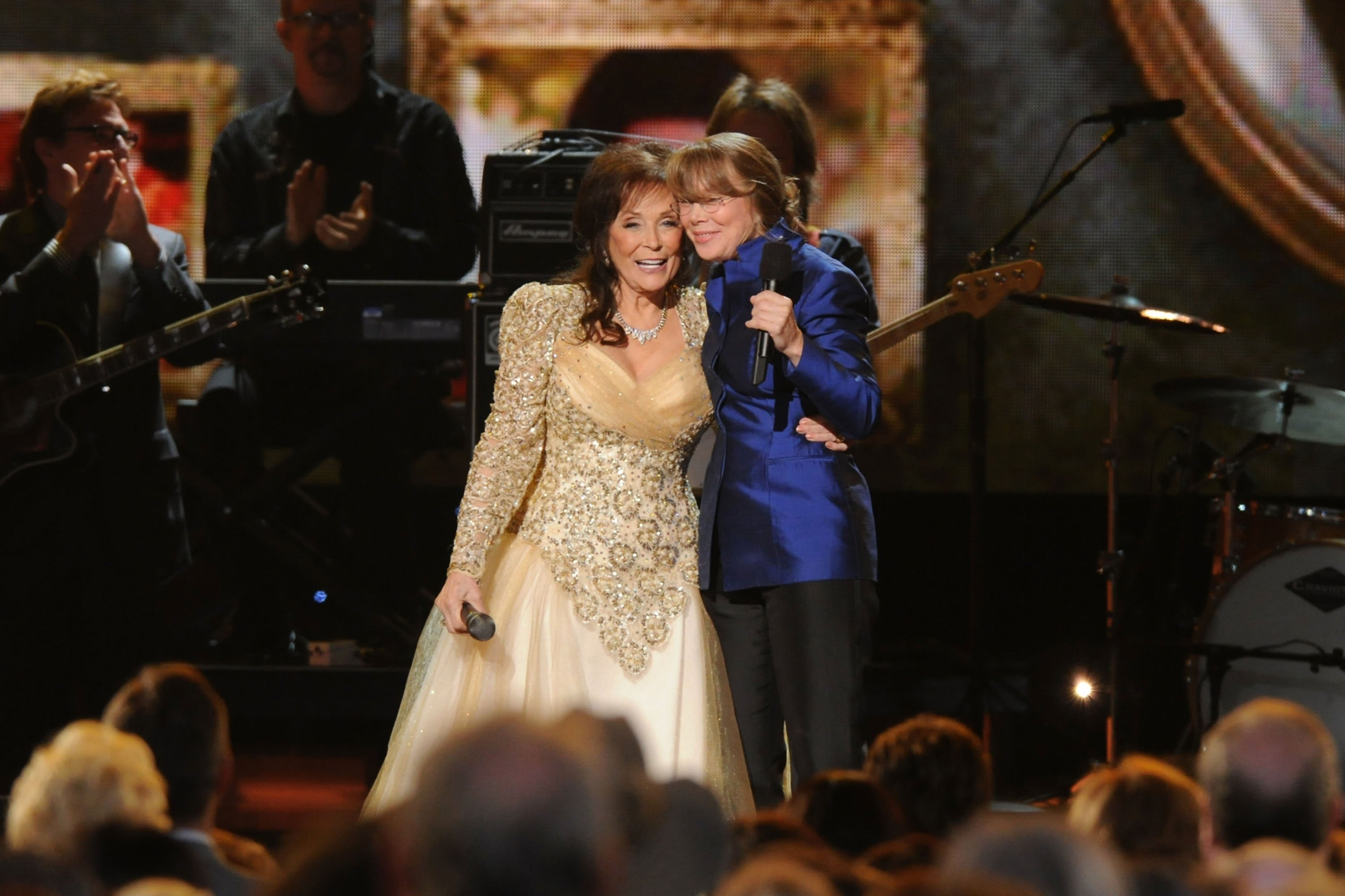 Loretta Lynn and actress Sissy Spacek speak at the 44th Annual CMA Awards at the Bridgestone Arena on November 10, 2010, in Nashville, Tennessee. | Source: Getty Images.