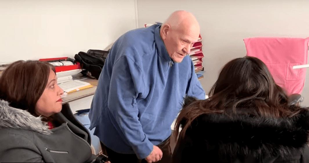 Le docteur Christian Chenay recevant ses patients sans rendez-vous.   Youtube/Le Parisien