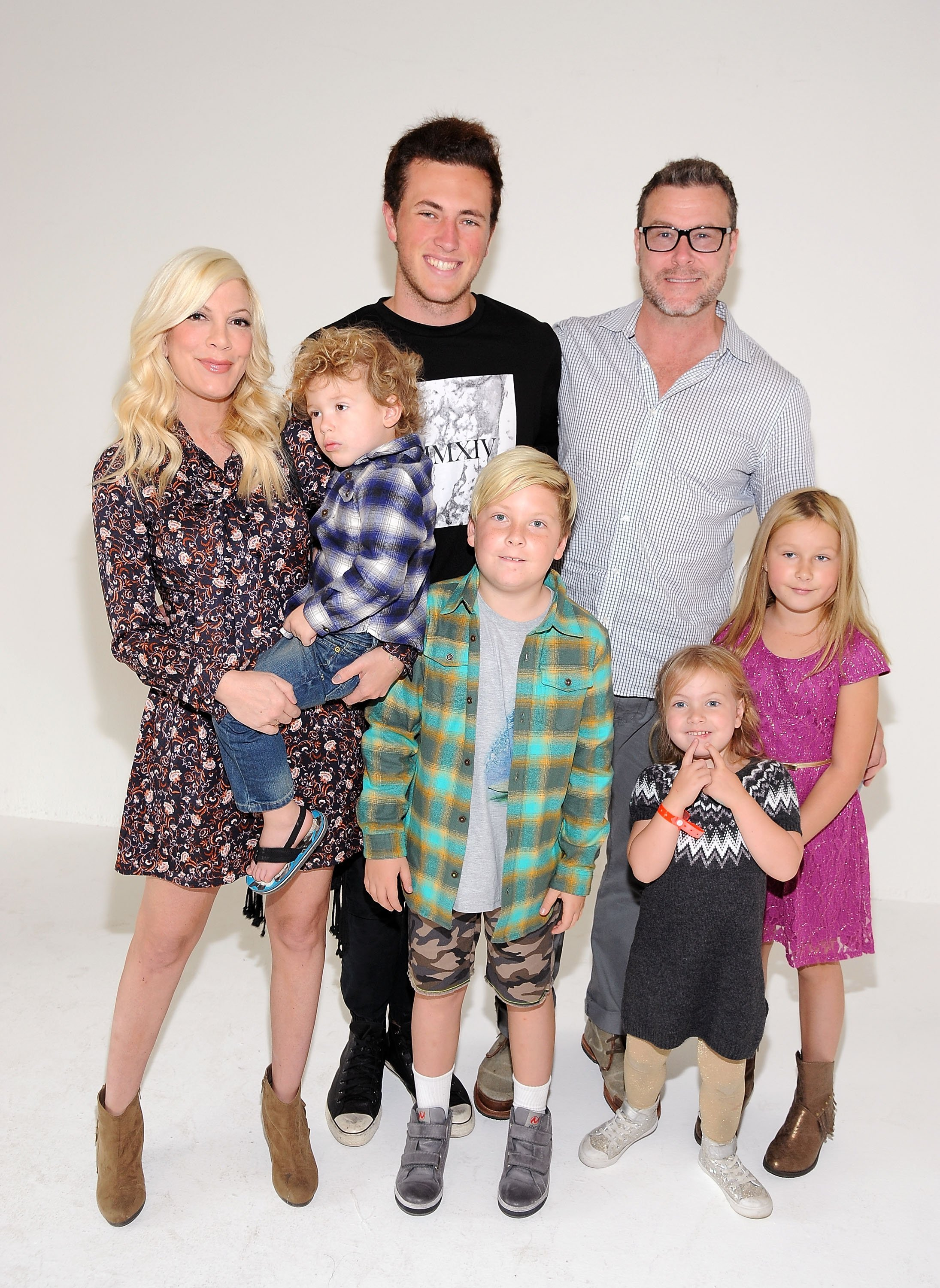 Tori Spelling and Dean McDermott with their kids Liam, Stella, Hattie, Beau, and Finn. | Source: Getty Images