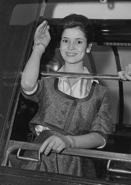"""Marie-José Nat tourne une scène pour le film """"La Française et l'Amour"""" à la Gare de Lyon à Paris, le 16 mars 1960.   Photo : Getty Images"""
