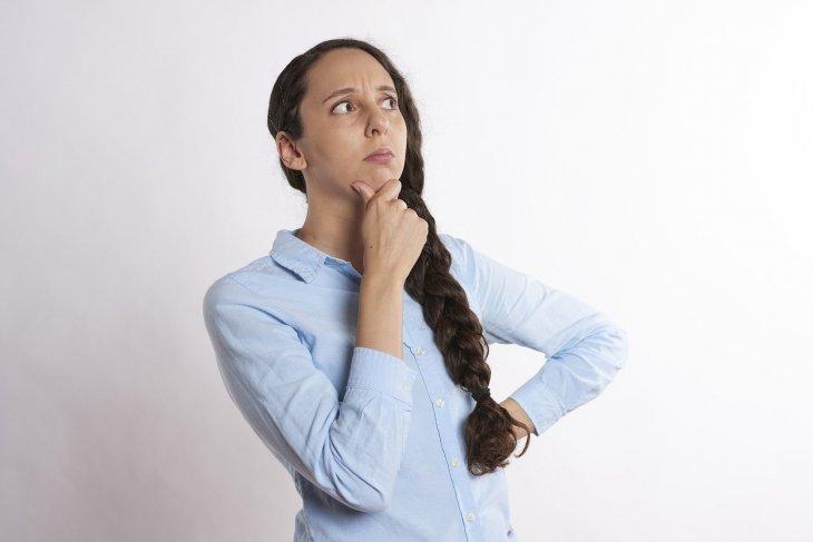 Femme en train de réfléchir ; Source : PXhere
