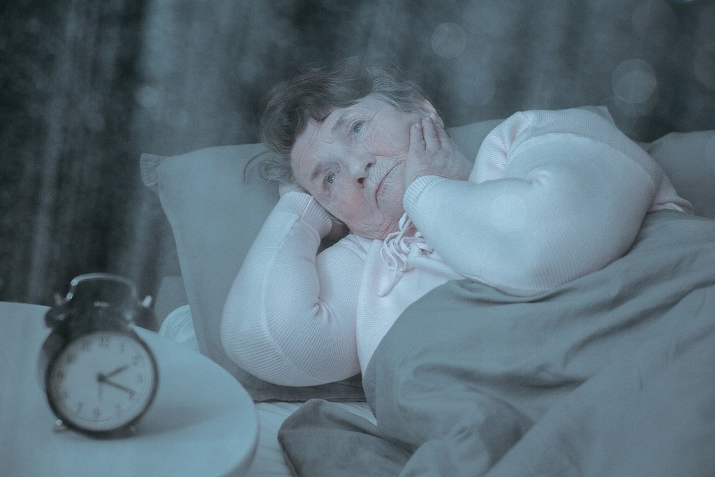 Une vieille dame dans un lit | Photo: Flickr