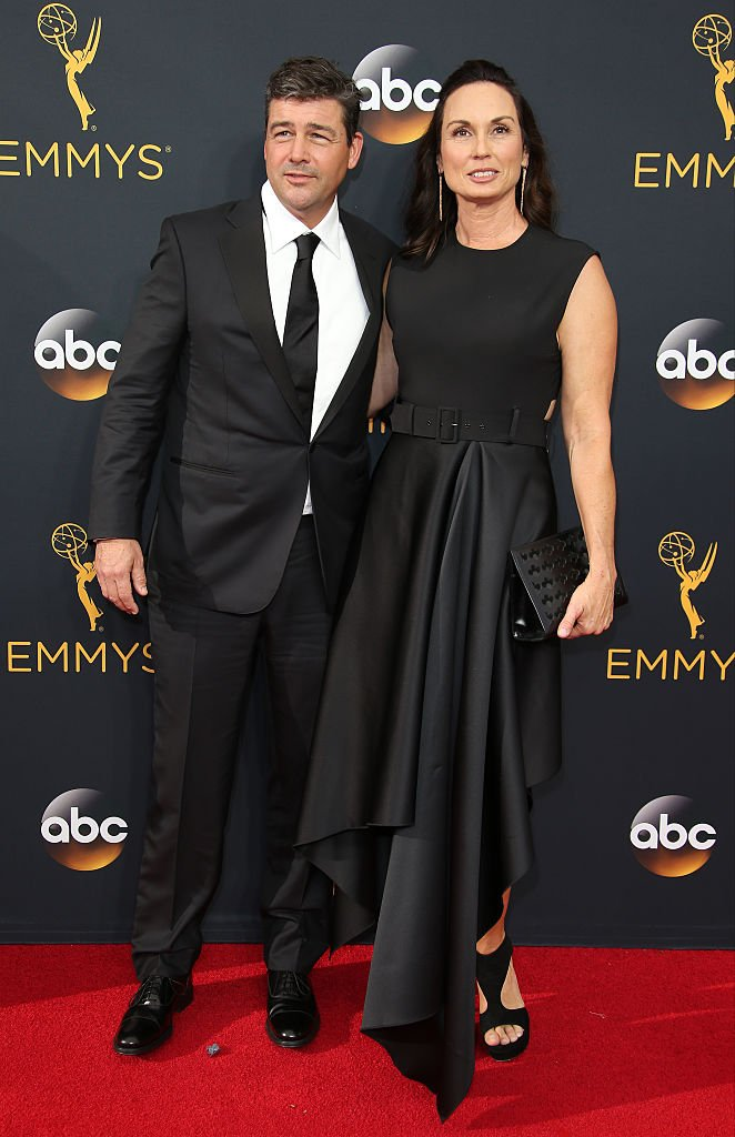 Kyle Chandler (L) and Kathryn Chandler attend the 68th Annual Primetime Emmy Awards at Microsoft Theater on September 18, 2016 | Photo: Getty Images