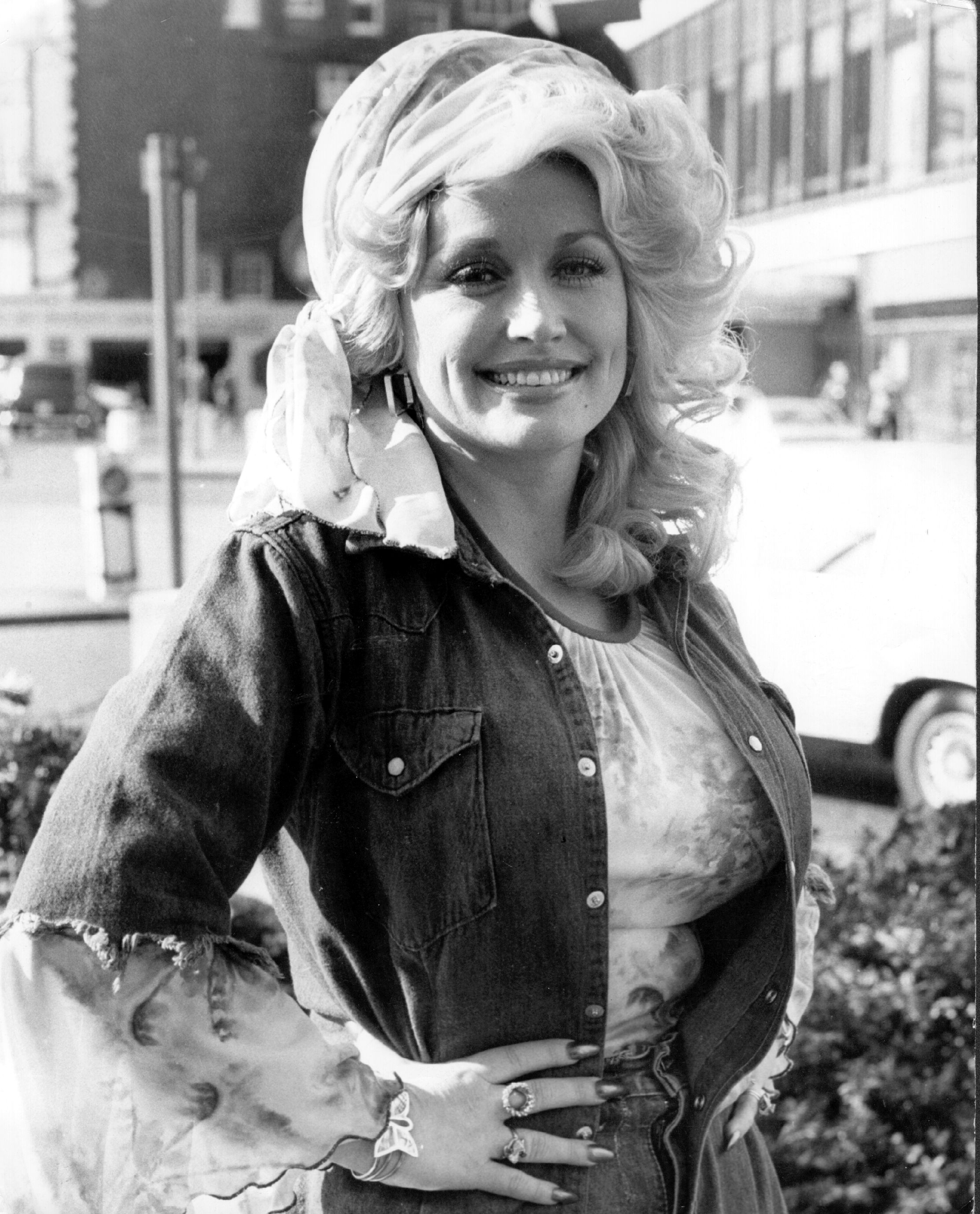 Dolly Parton in London after performing at the King's Theatre, Glasgow, on May 20, 1977. | Source: Getty Images.