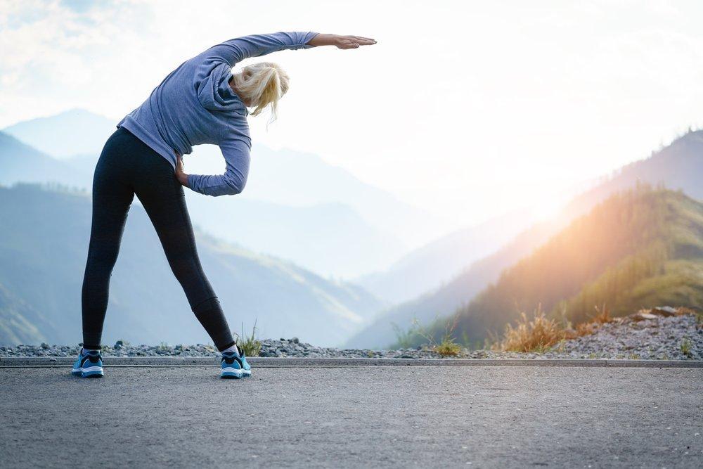 Frau macht Dehnübungen | Quelle: Shutterstock