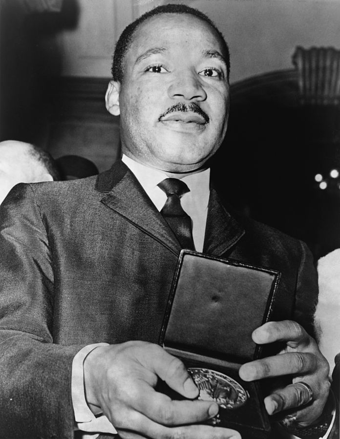 King showing his medallion, which he received from Mayor Wagner, 1963. | Photo: Wikimedia Commons Images