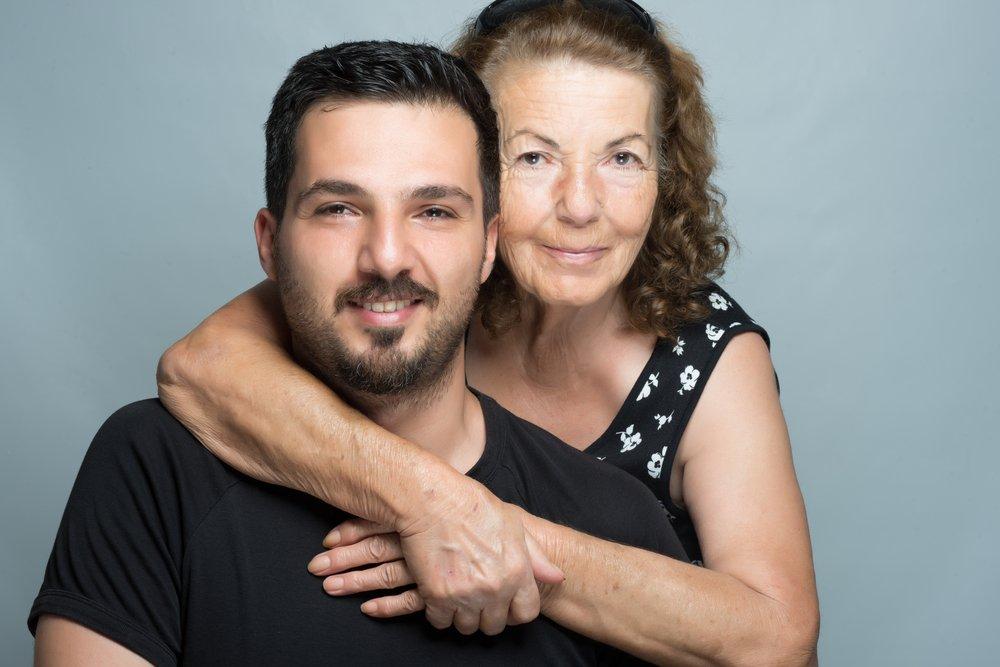 Un fils s'étreignant avec sa mère. | Shutterstock