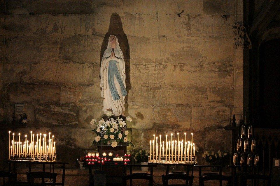 Los feligreses visitan a la virgen en la iglesia.|Fuente: Pixabay