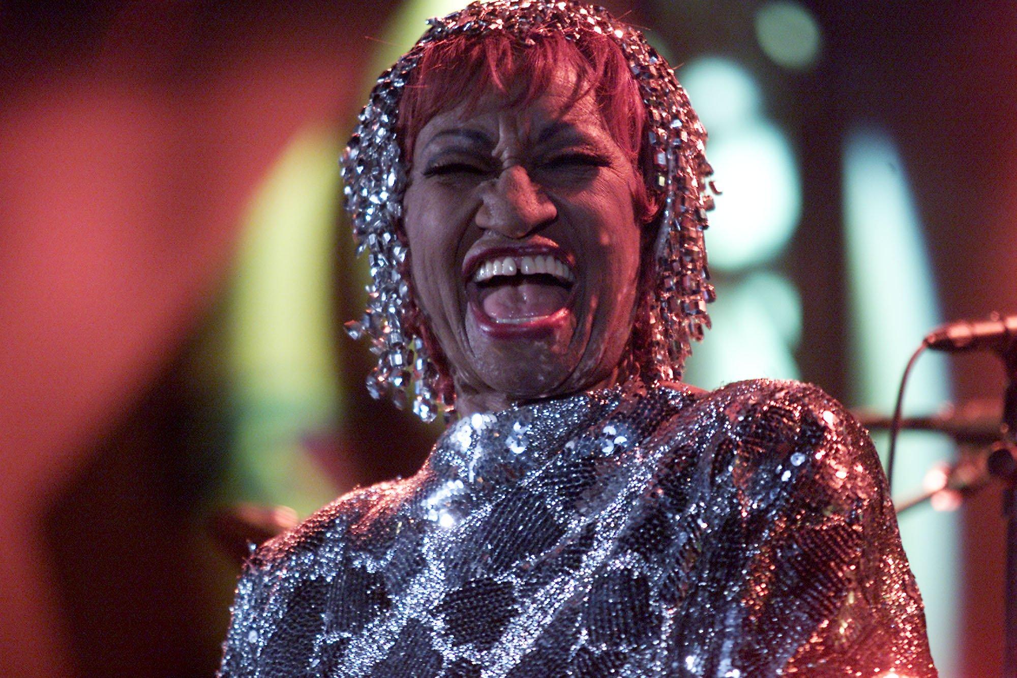 Celia Cruz en presentación durante el Tributo a la Persona del Año de la Academia a Julio Iglesias en el Hotel Beverly Hilton en Los Ángeles, California en 2001    Fuente: Getty Images