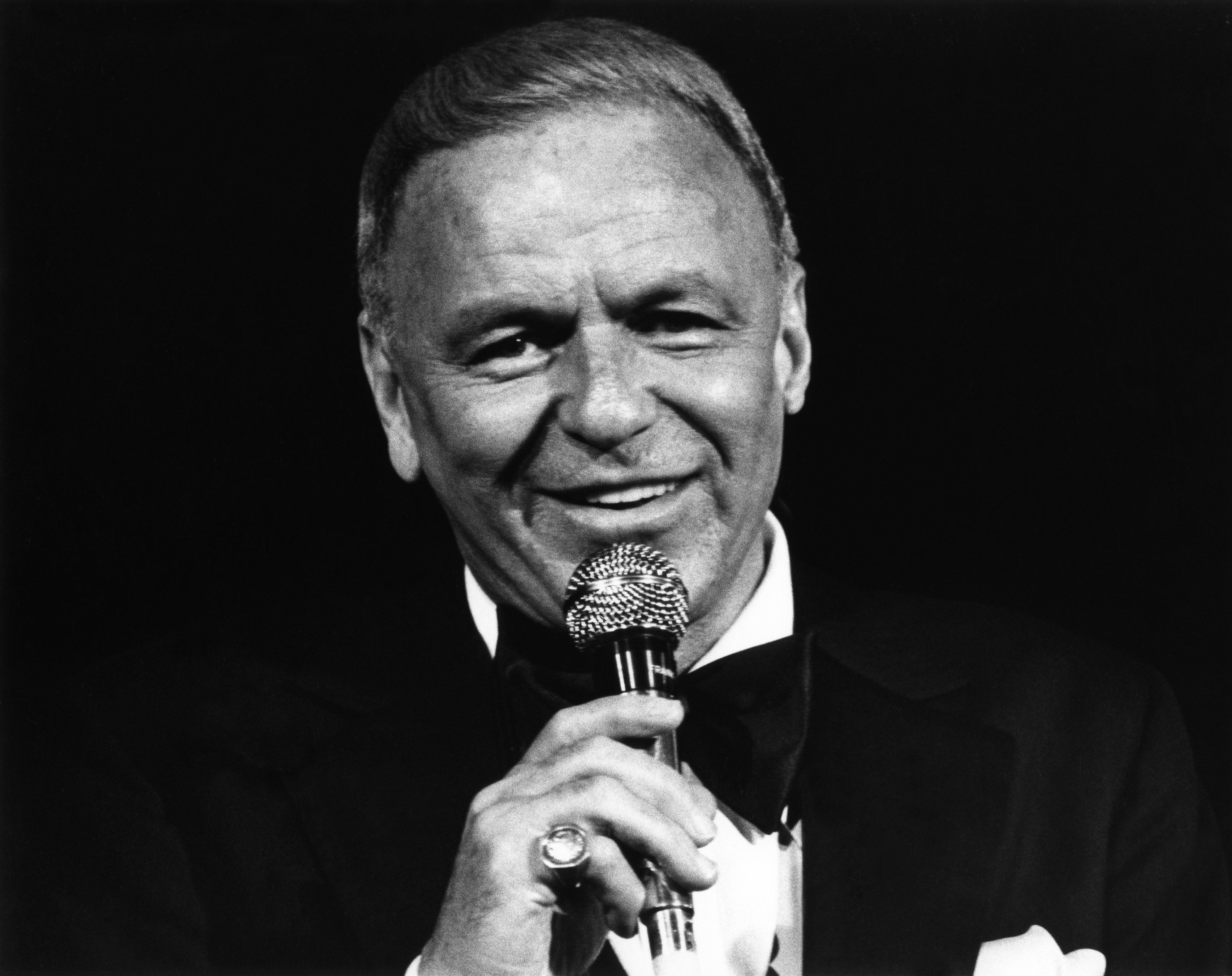 : Singer Frank Sinatra performs at The Universal Amphitheatre on July 6, 1980 in Universal City, Los Angeles, California | Photos: Getty Images