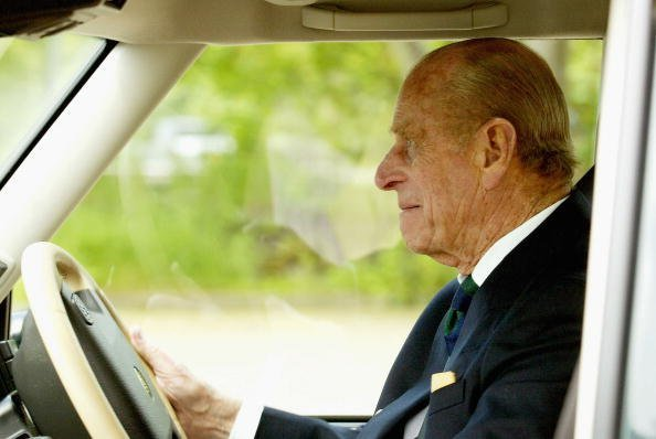 Prince Philip fährt seinen Land Rover auf der Royal Windsor Horse Show im Home Park am 13. Mai 2004 in Windsor - Quelle: Getty Images