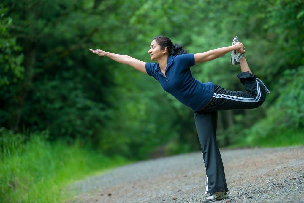 Mujer ejercitándose en ropa holgada. | Imagen: Flickr