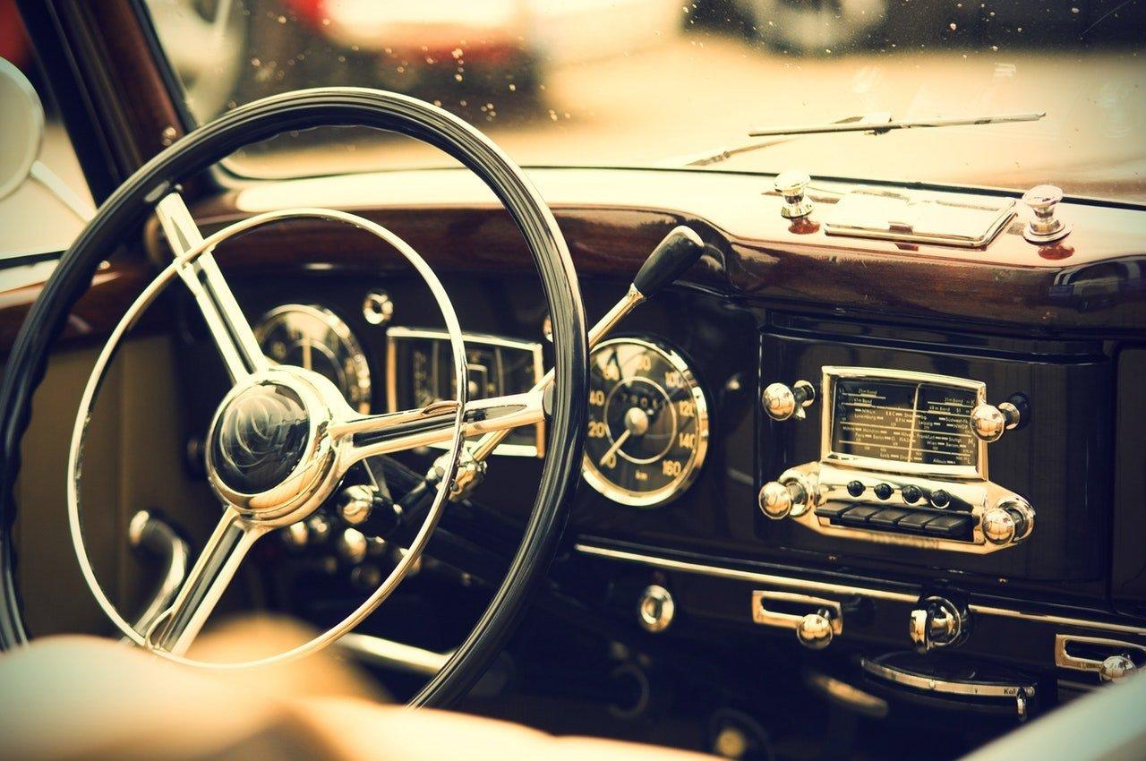 Steering wheel of an antique car. | Source: Pexels