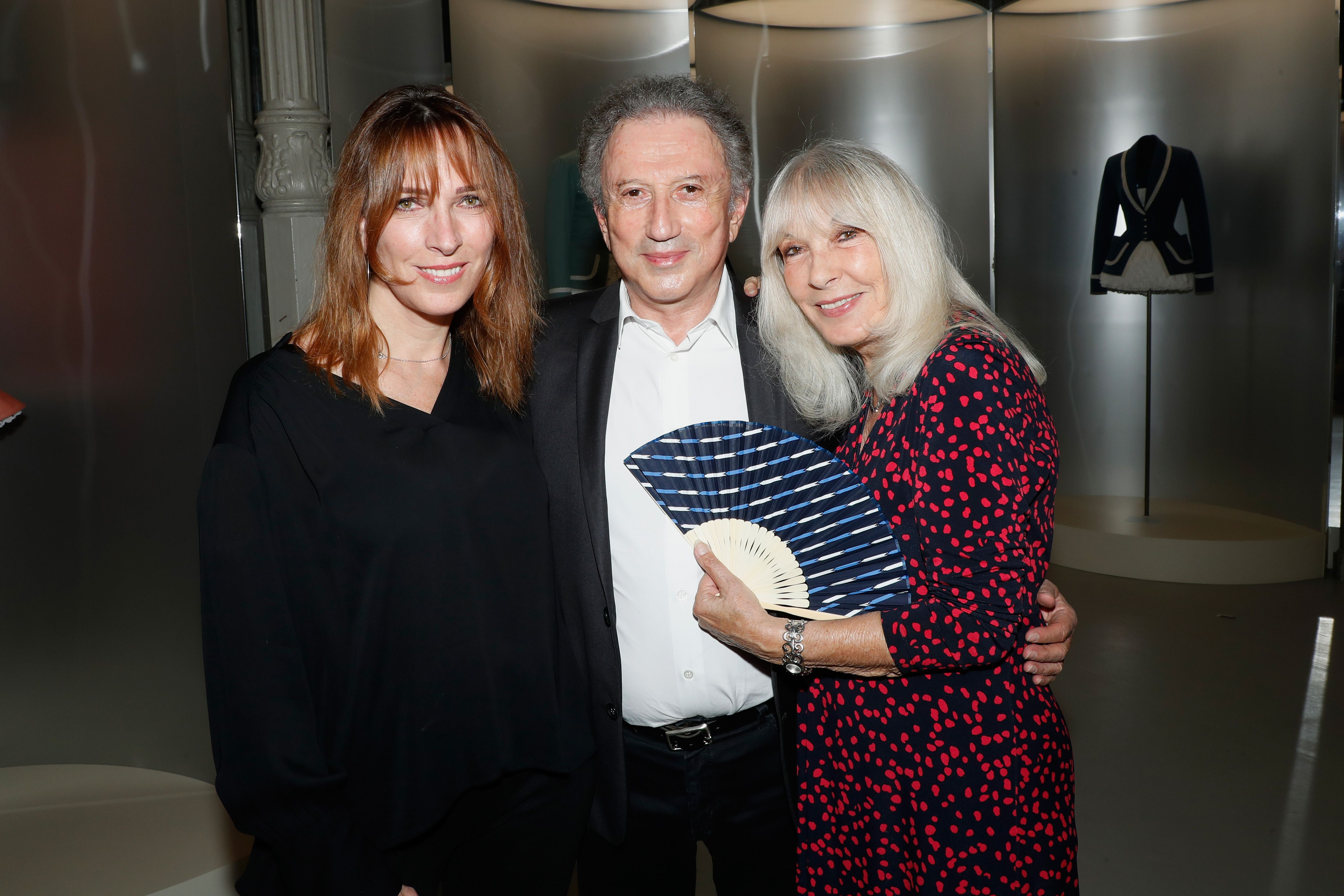 Stefanie Jarre, sa mère Dany Saval et Michel Drucker à la Galerie Azzedine Alaia le 1er juillet 2018 à Paris, France. | Photo : Getty Images