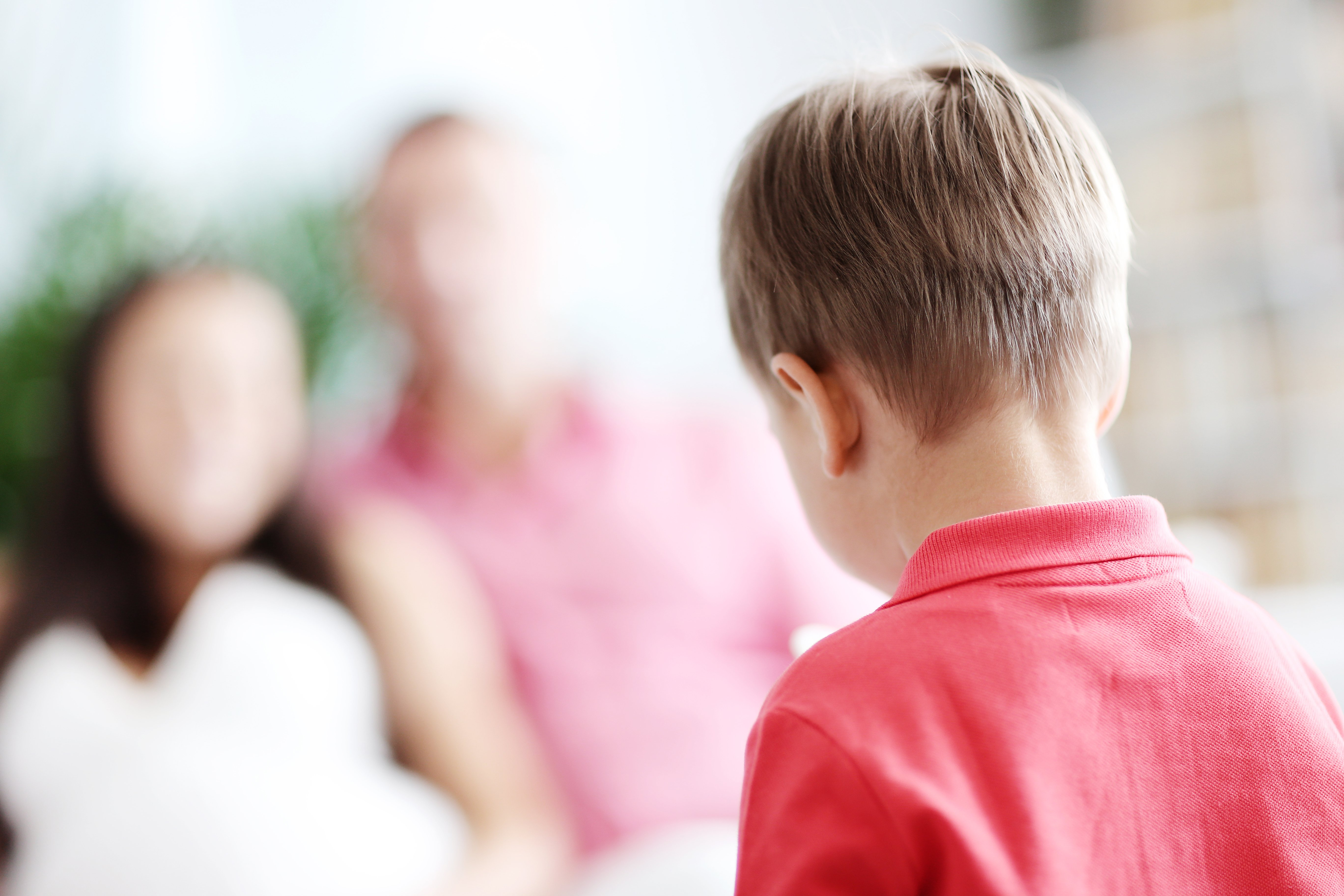 Un garçon sur le dos. Fontaine : Shutterstock