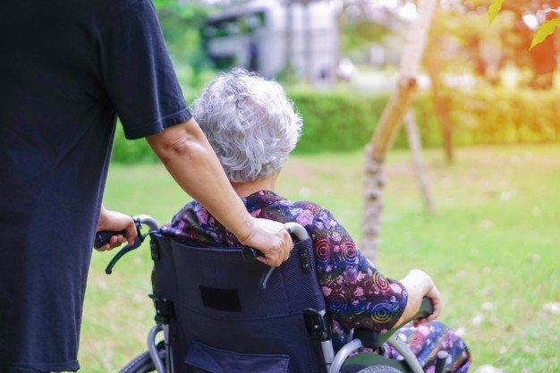 Une femme dans un fauteuil roulant. | Photo: Freepik