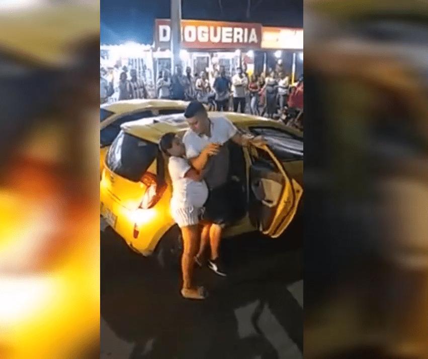 Une femme fait sortir son compagnon du taxi : Photo : YouTube / El Mundo Viral
