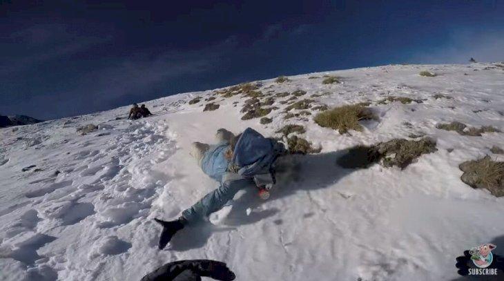 Mujer cayendo en la nieve. | Foto: YouTube/Viralhog