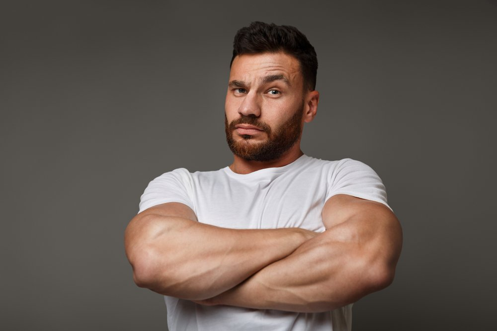 Macho man with folded arms | Photo: Shutterstock