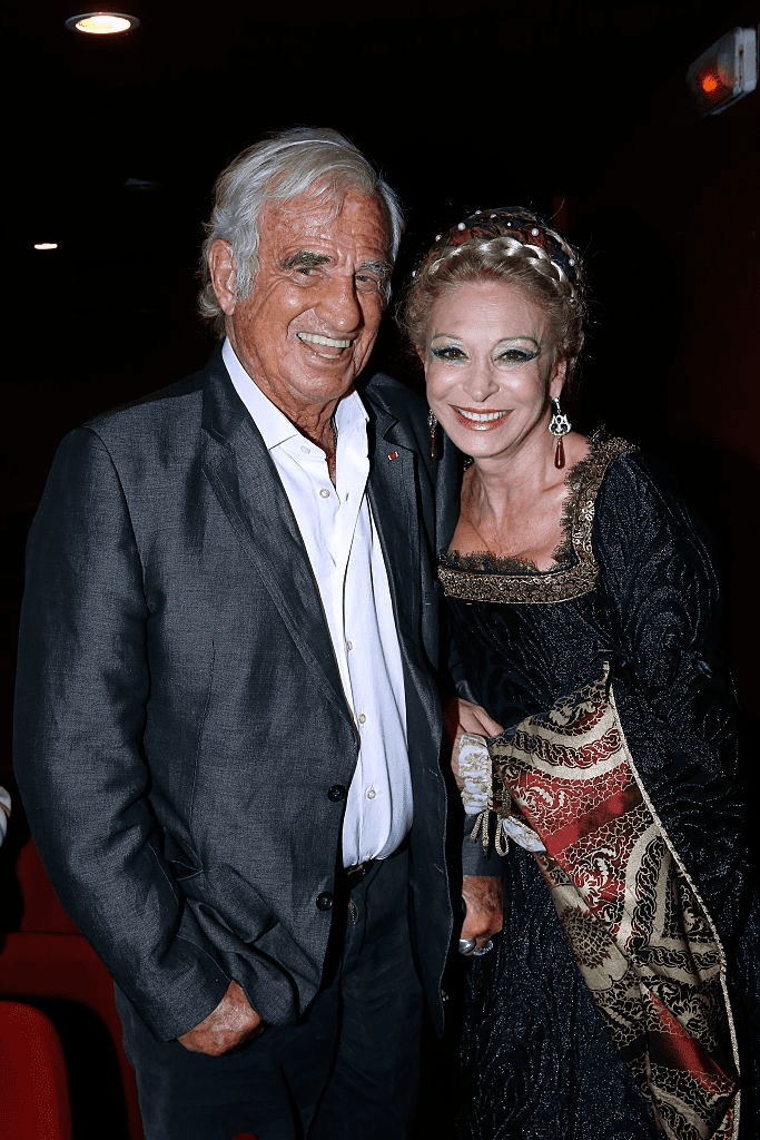 "L'acteur Français Jean-Paul Belmondo pose avec Béatrice Agenin après la pièce de théâtre ""La Louve"" au Théâtre La Bruyère à Paris le 22 septembre 2016 à Paris, France. 
