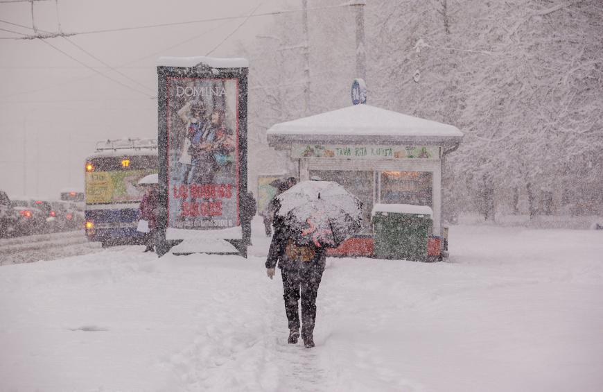 A woman traveling during a blizzard | Photo: Shutterstock