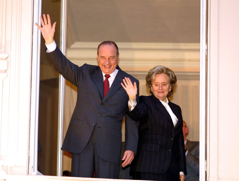Jacques Chirac et son épouse Bernadette saluent les supporteurs à Paris. | Photo : GettyImage