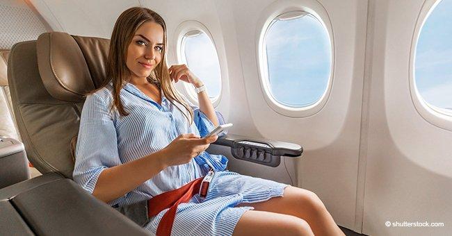 Une belle jeune femme blonde crée un chaos dans un avion