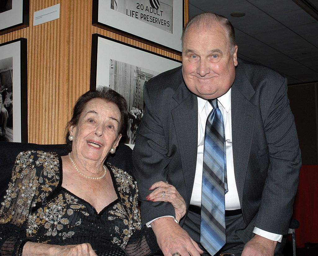 Lupita Tovar y el historiador de cine Bob Dickson asistieron al tributo a la actriz mexicana en la Academia de Artes y Ciencias Cinematográficas el 7 de diciembre de 2006 en Beverly Hills, California. | Imagen: Getty Images