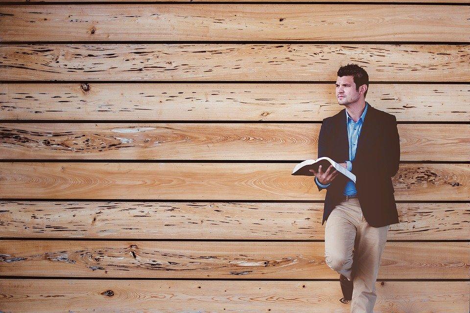 Un homme avec la Bible. l Photo : Pixabay