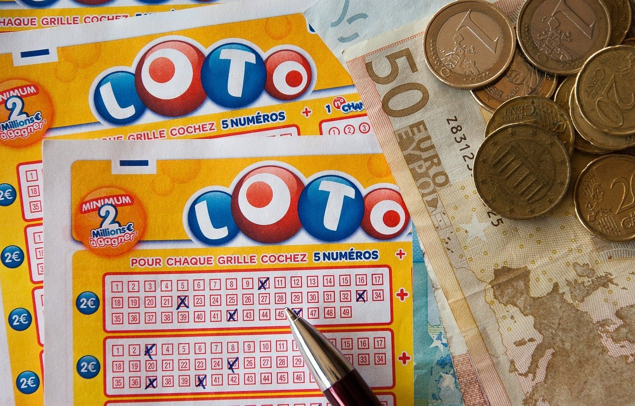 Some lottery tickets and some cash notes and coins | Photo: Pixabay/jacqueline macou