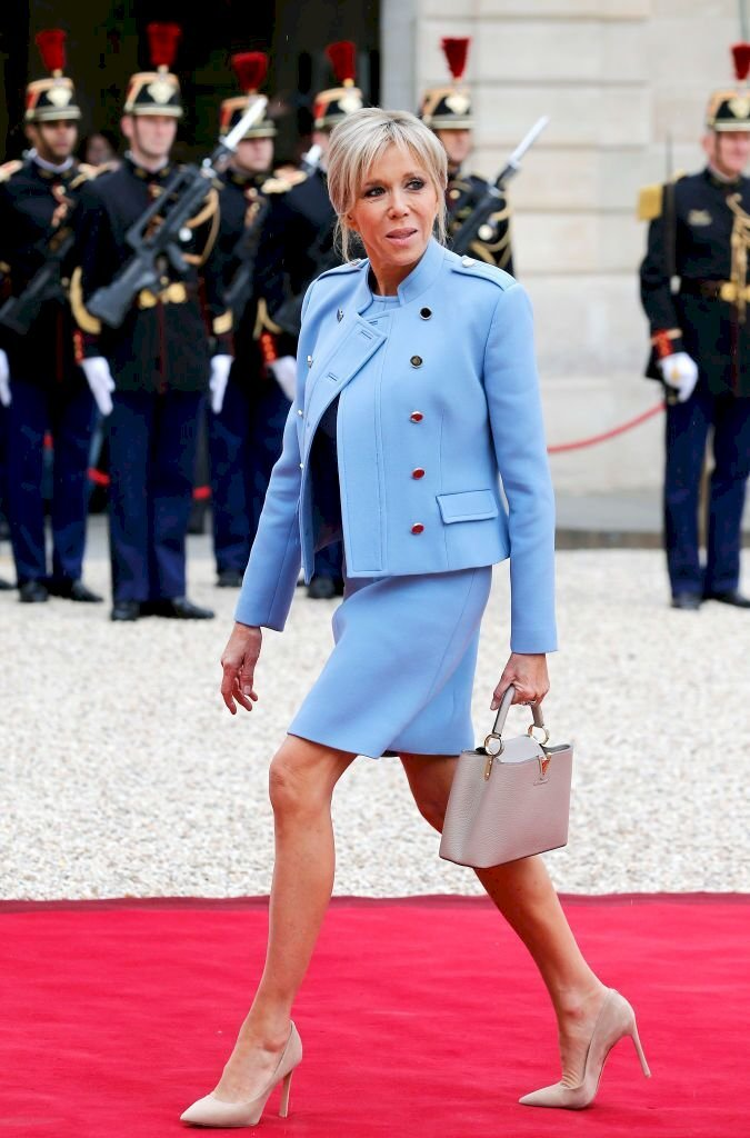 Brigitte Macron marche sur le tapis rouge. | Photo : GettyImage