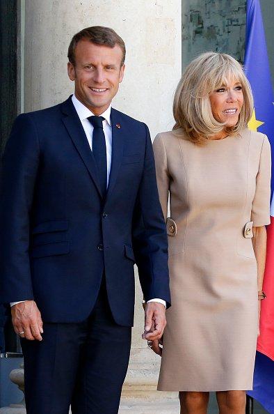 Emmanuel Macron et son épouse Brigitte Macron attendent le Premier ministre grec Kyriakos Mitsotakis avant leur rencontre au Palais présidentiel de l'Elysée le 22 août 2019 à Paris. | Getty Images | Photo : Getty Images