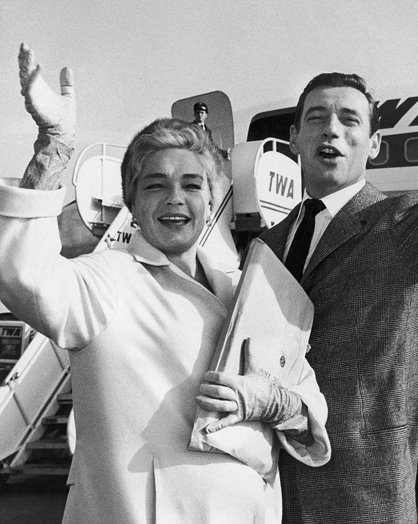 L'actrice française Simone Signoret et Yves Montand quittent New York pour leur premier voyage à Hollywood, le 6 novembre 1959. | Photo : Getty Images