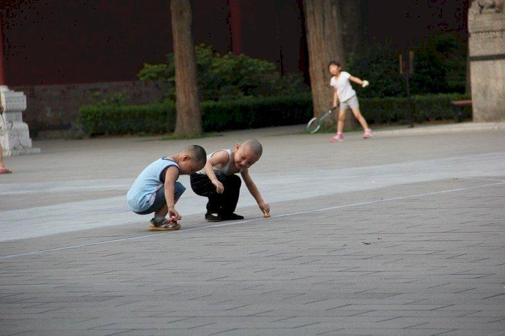 Deux enfants jouant dans la cour. l Source: Pixabay
