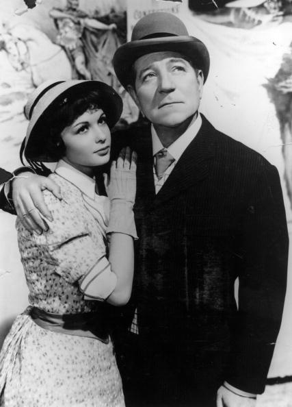 Françoise Arnoul, joue avec Jean Gabin (1904 - 1976),  dans le film'French Can Can' de Jean Renoir, produit par Franco London Film. Photo : Getty Images