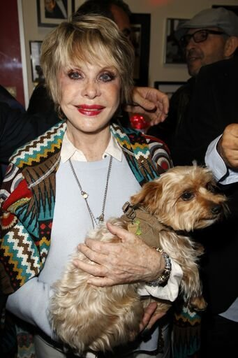 Sophie Darel tenant un petit chien. | Photo : Getty Images