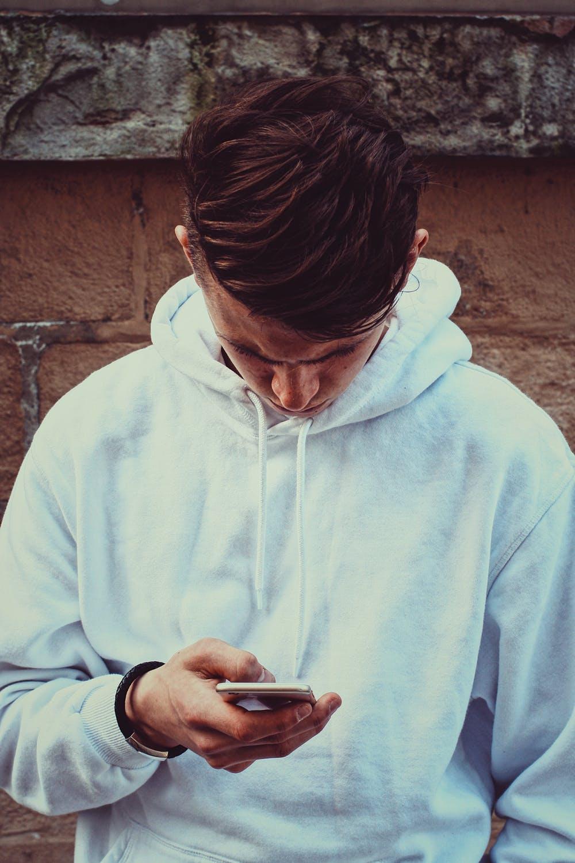 Un homme utilisant son téléphone portable | Photo : Pexels